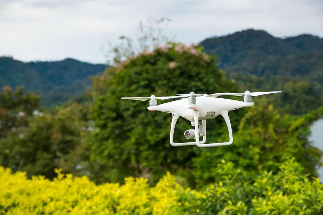 Profesjonalny operator drona potrafi uchwycić piękne ujęcia